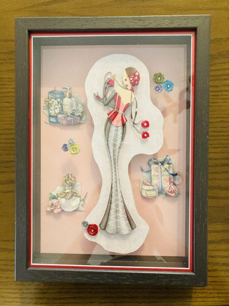 「後ろ姿の女の人」と「お洒落な小物」のシャドーボックス作品